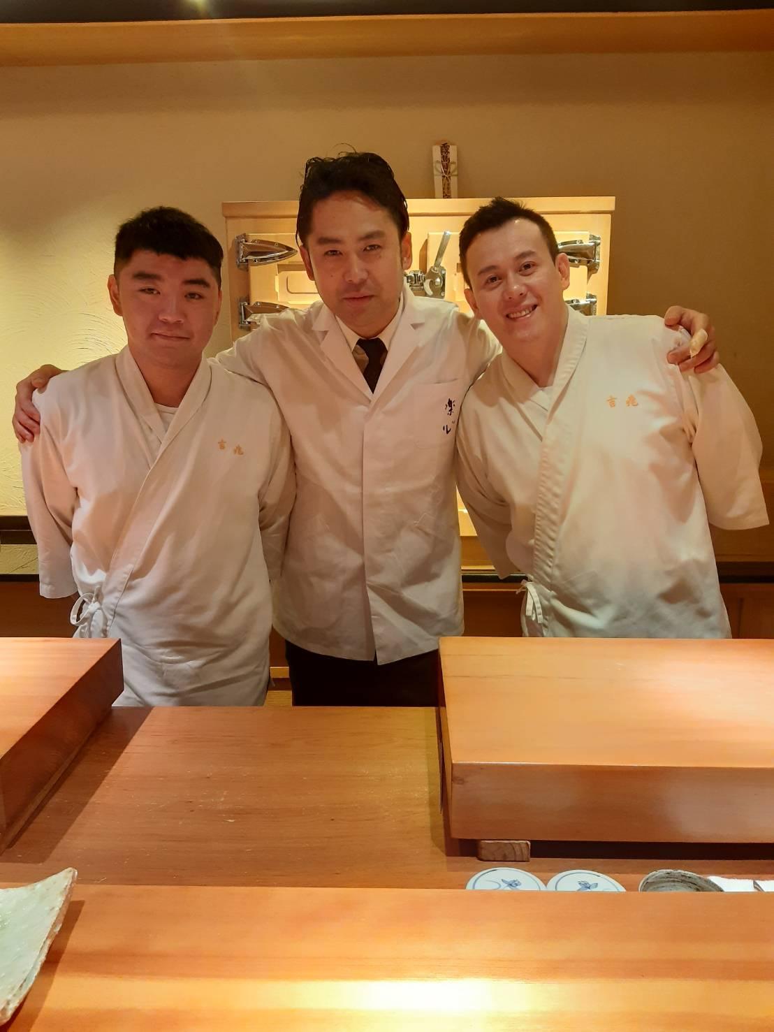 片山心太郎(中)在台北一星餐廳吉兆割烹壽司與主廚許文杰(右)、曾正文(左)合作餐會。