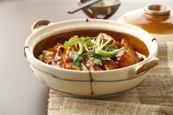 A signature fish casserole at three-starred Xin Rong Ji (Xin Yuan South Road). (Photo courtesy of Xin Rong Ji.)