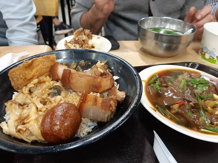 中午兩位大廚在新竹竹蓮市場品嘗在地小吃如炒鴨血、碗粿等。(謝明玲攝)
