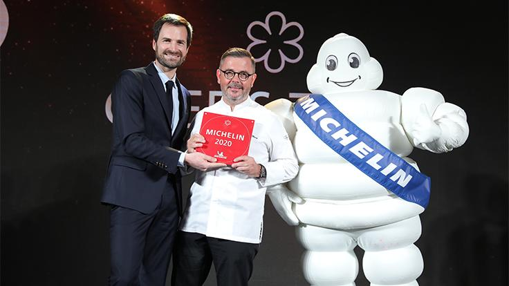 Chef Vincent Thierry poses with Gwendal Poullennec, International Director of the MICHELIN Guides, and Bibendum.
