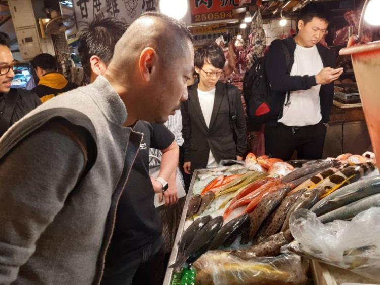 兩位大廚訪問濱江市場。(謝明玲攝)