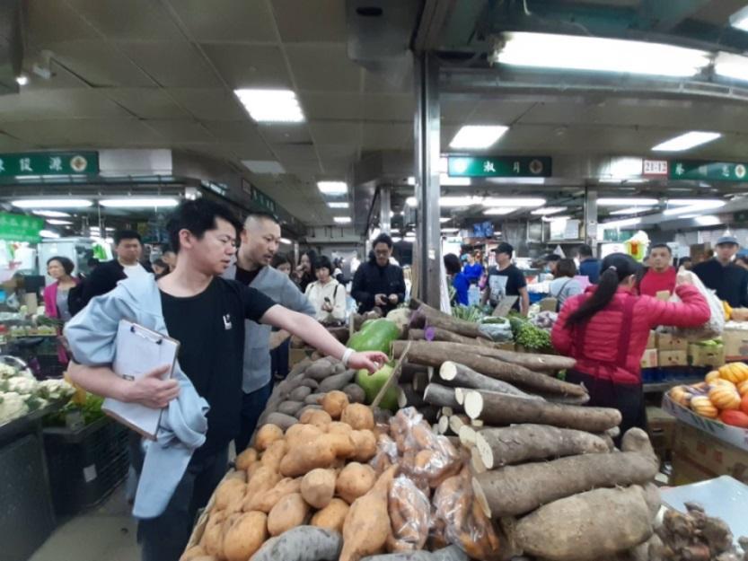 稗田良平帶福本伸也到濱江市場瞭解食材。(謝明玲攝)