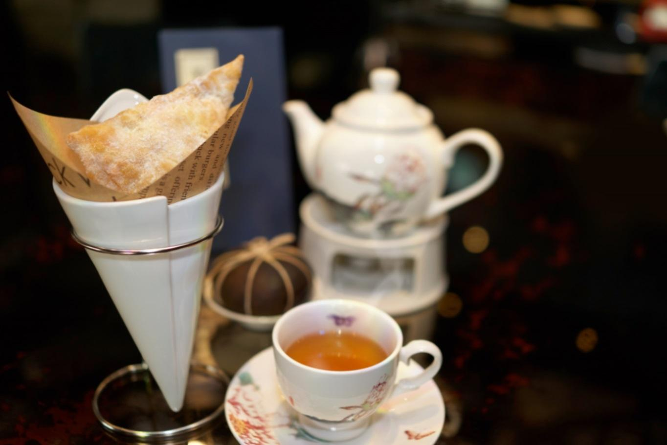Deep-Fried Cheese Pastry is paired with a Hakka specialty of Citrus Green Tea (Photo: Le Palais)