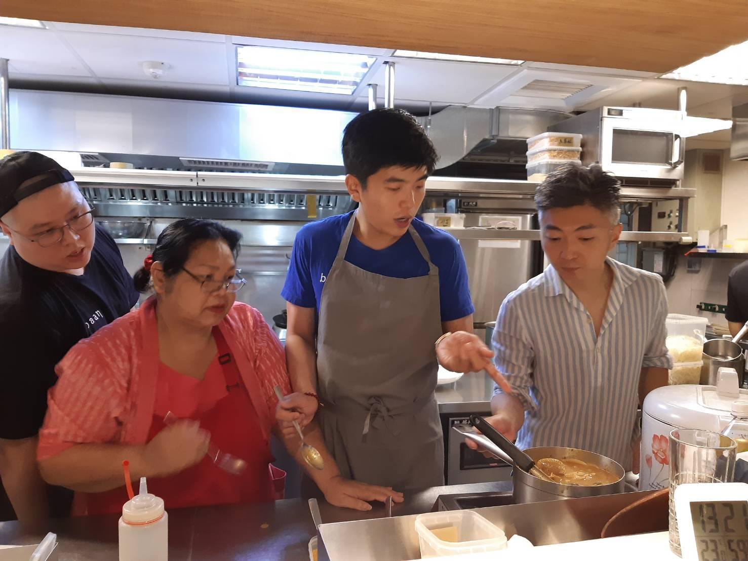 baan 在台北成立一週年,Chef Ton 以及台北 Mume 主廚林泉特地推出新菜,在泰國 baan 掌勺的 Chef Ton 奶媽(左二)也特地來台。最左方為 Baan Taipei 主廚簡士捷(AJ)。(謝明玲攝)