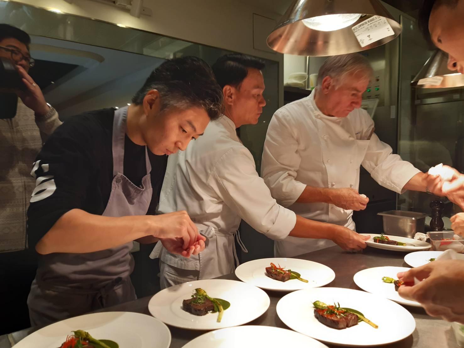 大廚 Ian Kittichai (圖中)與台北米其林一星餐廳 Mume 主廚林泉(圖左)是好朋友。這次餐會,林泉也特別為 Chef Ian 介紹了許多台灣優質食材。(謝明玲攝)