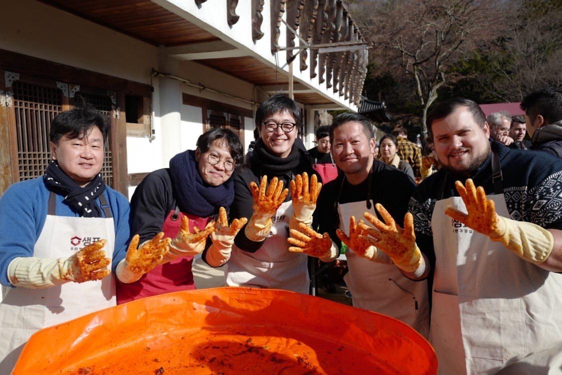 大廚戴上手套,學習怎樣將醬料抹進白菜中。