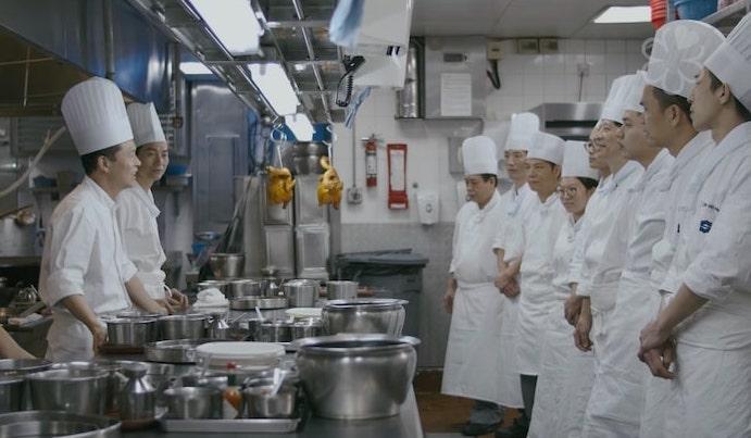 梁汝景(左一)常忠告廚師們要早點上班,才有時間學習額外知識。