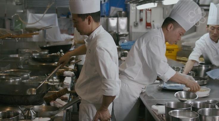 在廚房,梁汝景對弟弟梁汝興(右)及其他員工一視同仁。