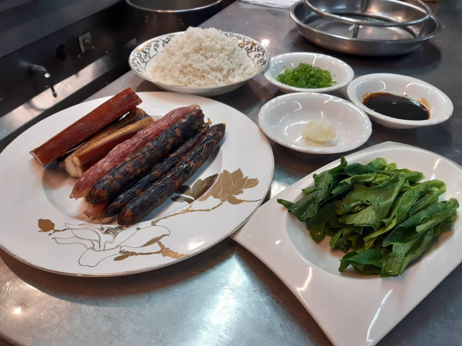 製作臘味煲仔飯的材料。其中臘味是大三元跟合作了幾十年的香港師傅拿的。