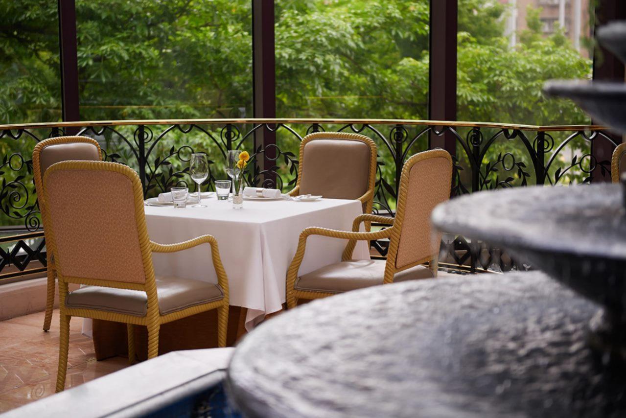 寶艾有名的求婚桌就在噴水池旁,簡約浪漫。(圖片:君悅酒店提供)