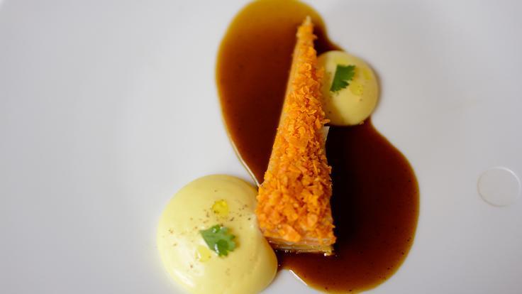 Compression de légumes racines , jus de peluches et crémeux citron. © G. Rouzeau / Michelin