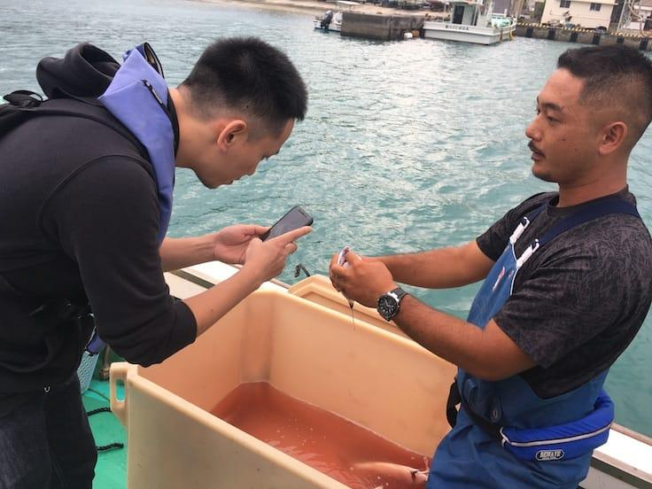 Chef Tomoyuki Kiga is interested in learning how the Okinawan fisherman keeps the freshness of the fish after they catch it.
