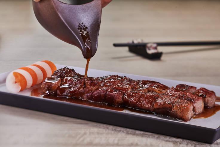 在餐廳籌備階段,洪志光與團隊試了十多款豬肉,最後決定以伊比利亞豬製作叉燒。