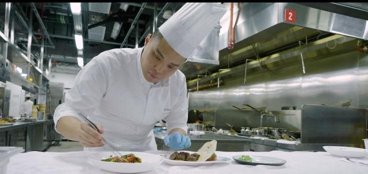 黃煒皓在廚房中加入「廚師枱」,把所有部門的出品歸一出菜,以確保菜式的一致性。
