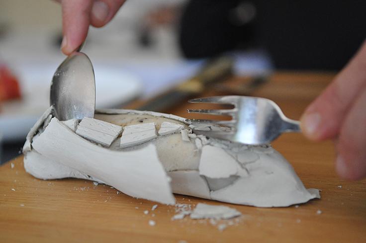 Une volaille en croûte d'argile... ©G. Rouzeau / Michelin