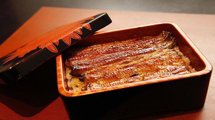 蒲燒鰻魚把鰻魚切開攤平,塗上甜醬,裝在漆盒裏鋪在白飯上面,是無敵的美味。