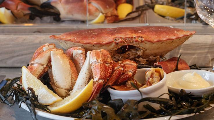 其中一位米其林評審員喜歡把新鮮燙煮的蟹肉,搭配著馬鈴薯和蛋黃醬享用。