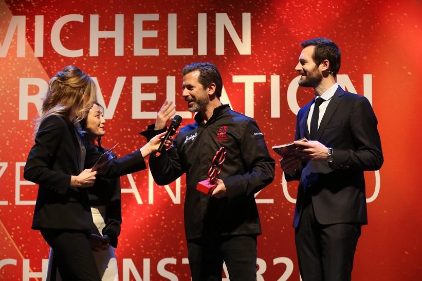 Andres Caminada (centre) receives the MICHELIN Mentor Award sponsored by Sprüngli.