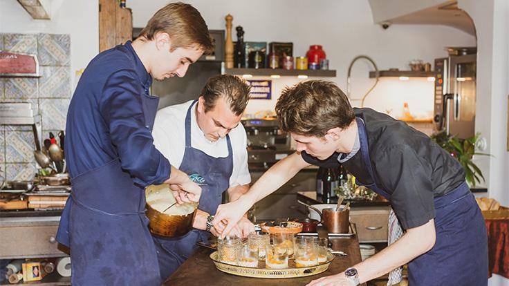 Le chef et sa brigade travaillent face aux clients de la table d'hôtes © G. Rouzeau / Michelin