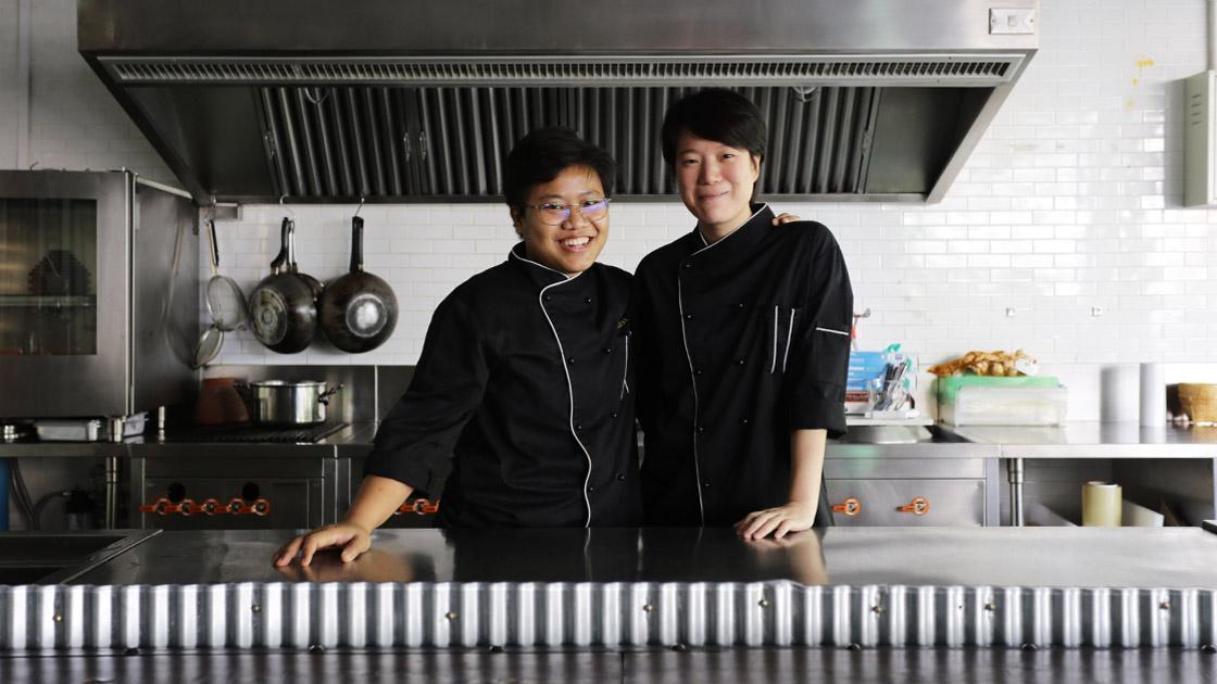 เชฟอ้อม-สุจิรา พงษ์มอญ และเชฟเปเปอร์-อริสรา จงพาณิชกุล สองแม่ครัวคนเก่งผู้นำครัวร้านสวรรค์ และร้านในเครือของเฟรด เมเยอร์ (© ศรัณยู นกแก้ว / MICHELIN Guide Thailand)