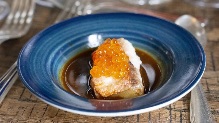 Rouget barbet, œufs de truite, jus de crustacés et jus de foie au whisky ©G. Rouzeau/MICHELIN