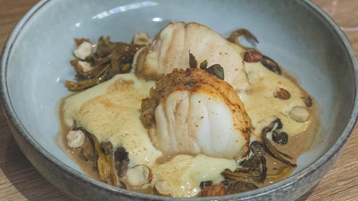 Moelleux médaillon de lotte rôtie, poêlée de chanterelles, polenta crémeuse, jus crémé, éclats de noisette ©G. Rouzeau/Michelin