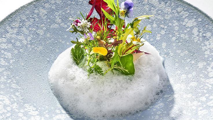 小林著名的「花園」,由爽脆蔬菜與蘇格蘭煙燻鮭魚組成。(圖片:Richard Haughton)