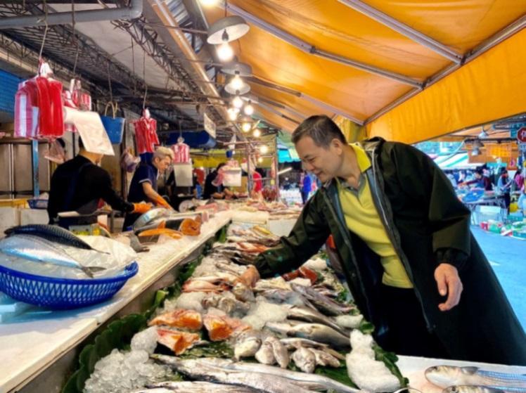 在天香樓最新推出的外燴方案中,主廚楊光宗不僅將到府烹調,還將帶著客人一起上市場,採購食材。(圖片:天香樓提供)