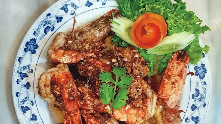Toasted giant prawn with salt by Ruean Panya.