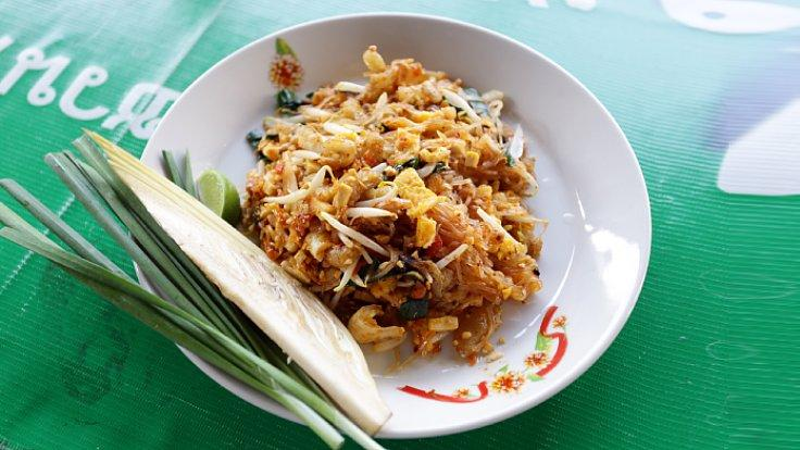The signature Phad Thai served with freshly made pork crackling. (© Saranyu Nokkaew / MICHELIN Guide Thailand)