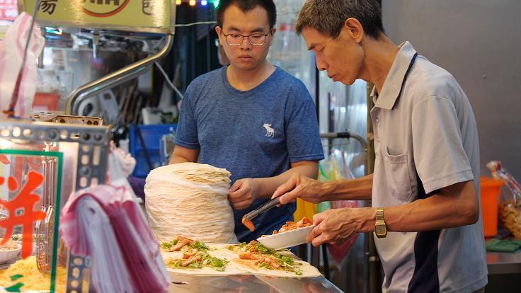 吾旺再季老闆蔡金松做潤餅已經超過 30 年,這幾年,也傳承給第二代。