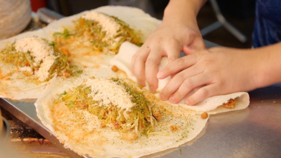 吾旺再季不買現成餅皮,而是每日手工製作,因此特別有厚度與韌度。