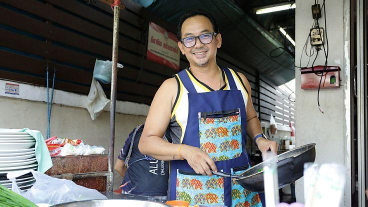"Somjet ""Ae"" Chuenyam, the owner and head chef of Baan Yai Pad Thai in Inthamara 47. (© Saranyu Nokkaew / MICHELIN Guide Thailand)"
