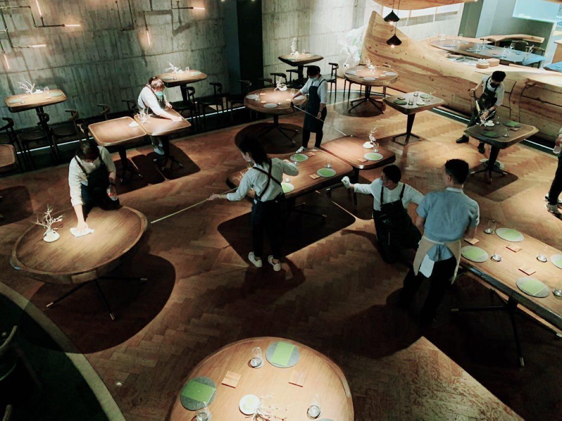 RAW 的員工拿出捲尺,仔細測量,確保桌與桌的距離達到 1.5 甚至 1.8 公尺。(圖片與首圖:RAW 臉書)