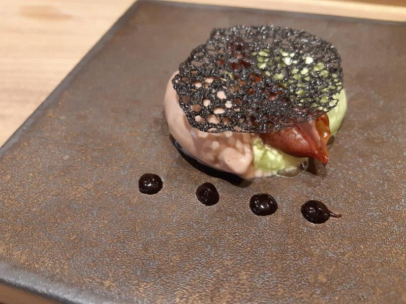 炙烤過的螢光魷魚夾在螢光魷魚冰淇淋與青蔥慕斯中間,上面再放上墨魚汁蕾絲餅,配上前面的赤味增小點。(圖片:謝明玲攝)