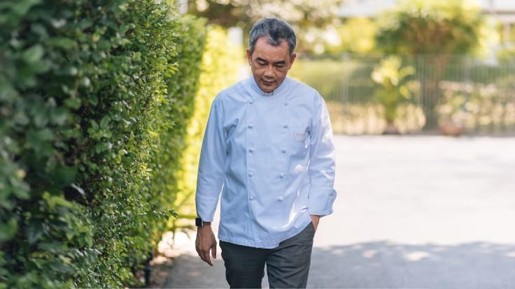 Chef Vichit Mukura, 58, is a well-respected Thai chef. (© Anuwat Senivansa Na Ayudhya / MICHELIN Guide Thailand)