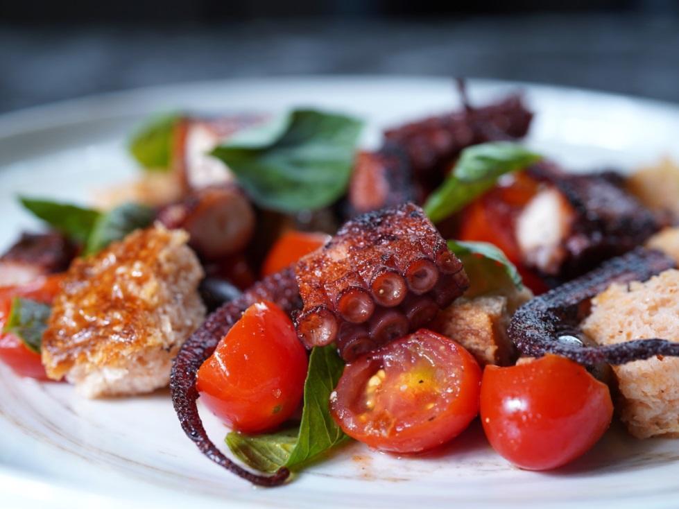 蘭推出的外帶「炭烤章魚、番茄黑橄欖麵包沙拉」。(圖片:蘭提供)