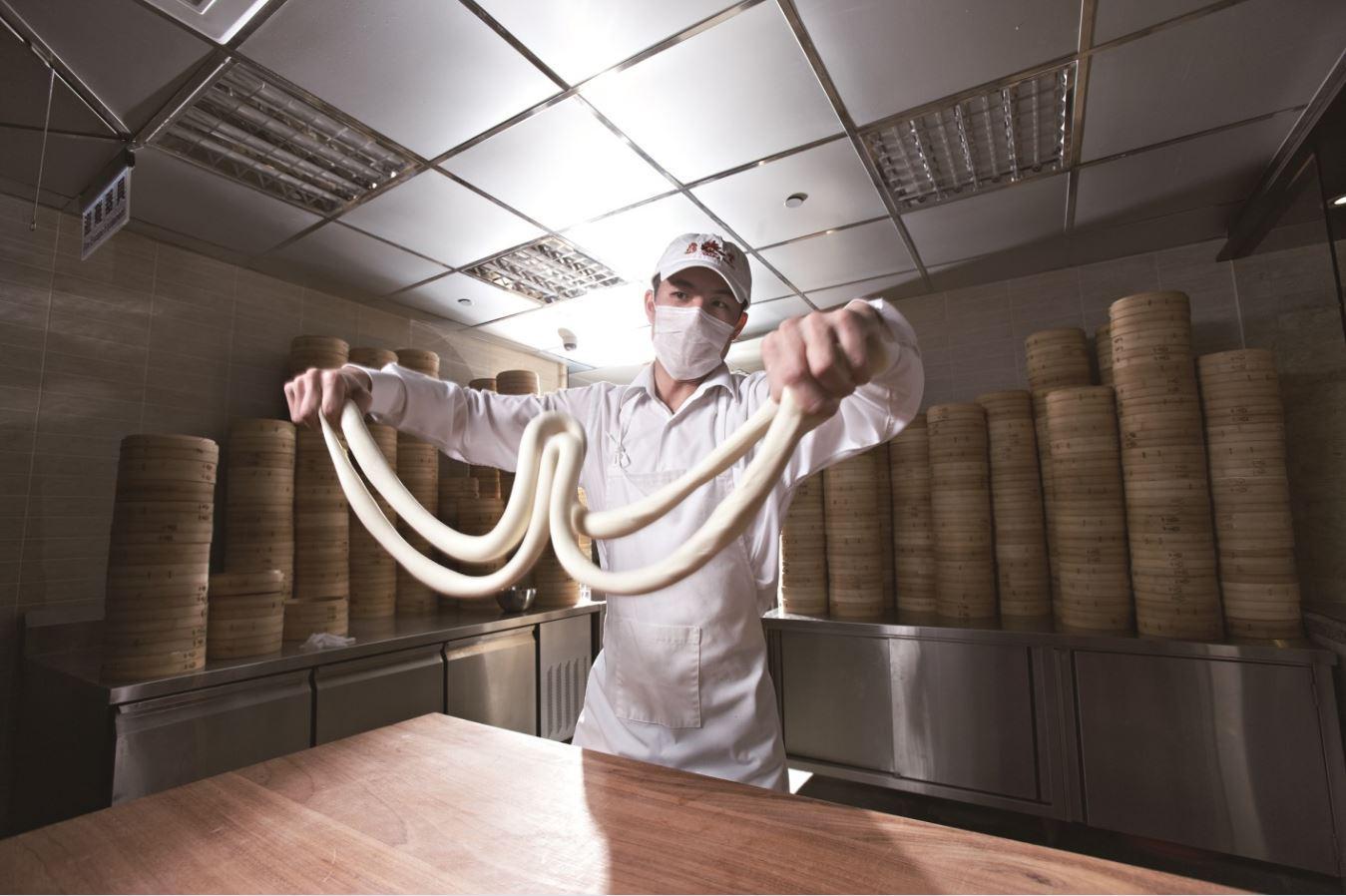 小籠湯包是一道功夫料理,鼎泰豐為其製作制訂出規格,也成了享譽國際的品牌。(圖片:鼎泰豐提供)