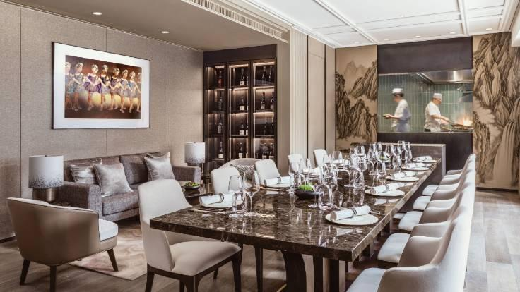 A large glass window in the private room allows diners to take in the buzz of the kitchen action. (Photo: Ming Court Wanchai)