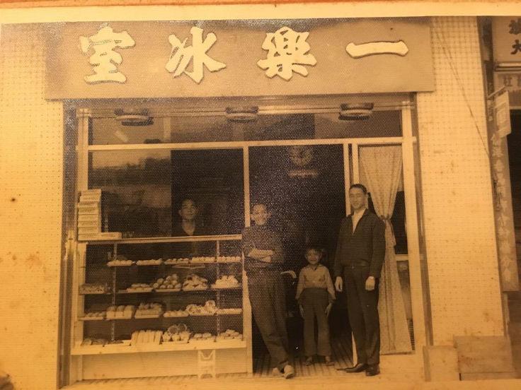 朱健輝的爸爸朱燕森(左一、站在餅櫃後)於 1957 年在粉嶺開設「一樂冰室」,圖中小孩是朱建華(圖片:朱健輝提供)