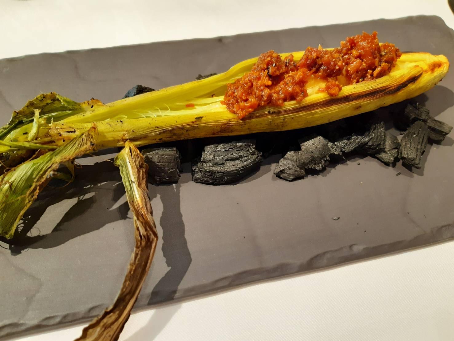 玉米筍先炭烤過,再配上鰹魚味增以及煙燻培根。(謝明玲攝)