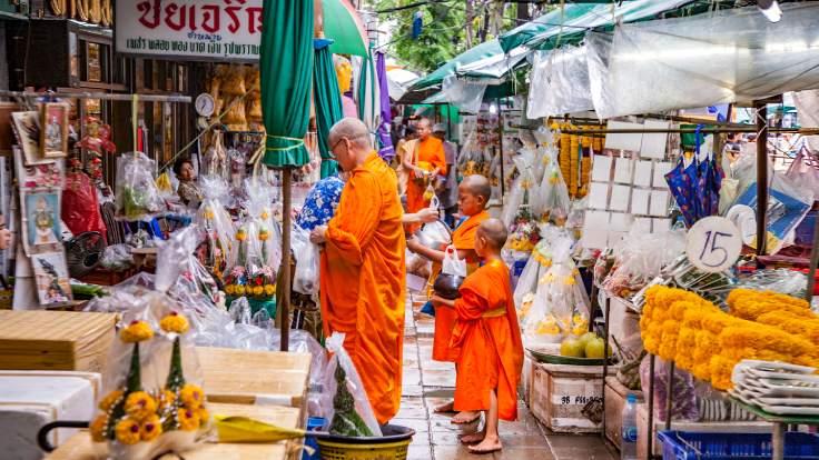 พระออกบิณฑบาตยามเช้าในตลาดสดที่กรุงเทพฯ (©Shutterstock)