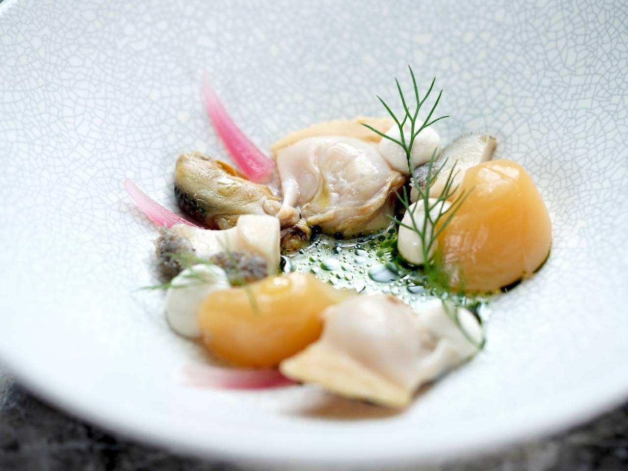 蘭餐廳的「貝類| 絲瓜|  杏仁」,以四種不同的方式處理四種貝類,再配上絲瓜冷湯。(圖片:蘭提供)
