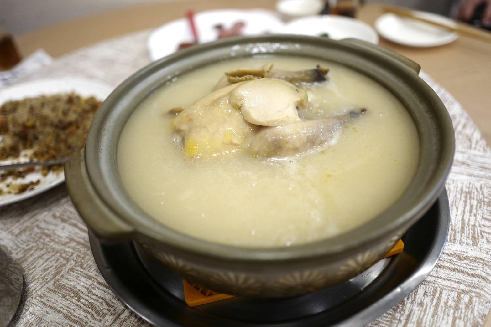 明福的鮑魚糯米雞湯,是溫暖舒心的一道料理。(照片:高琹雯)