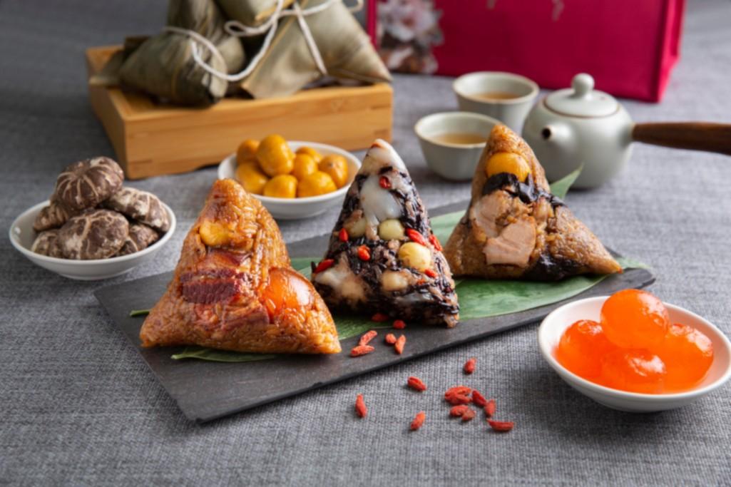 西華飯店今年推出的三粒裝精選粽禮,包括「黑蒜藥燉肋排粽」、「噶瑪蘭東坡肉粽」,和「百合紫米粽」。(圖片:西華飯店提供)