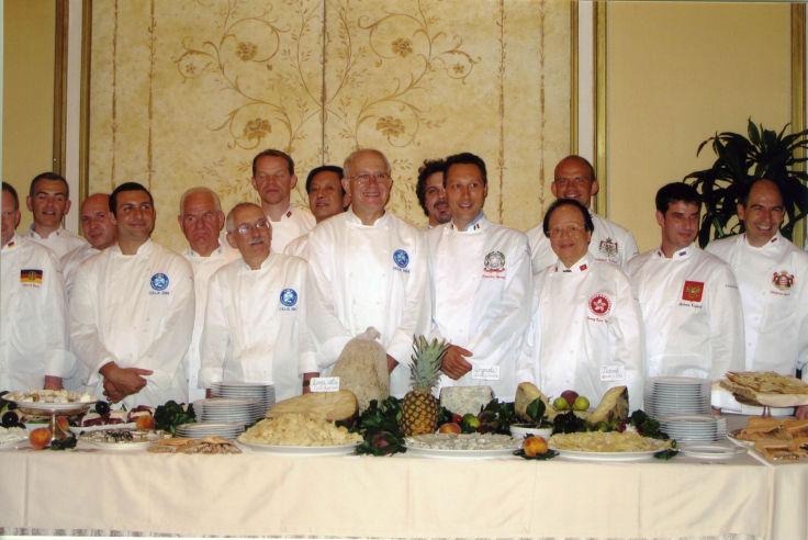 楊貫一(前排右三)是國際知名的大廚(圖片:富臨飯店)