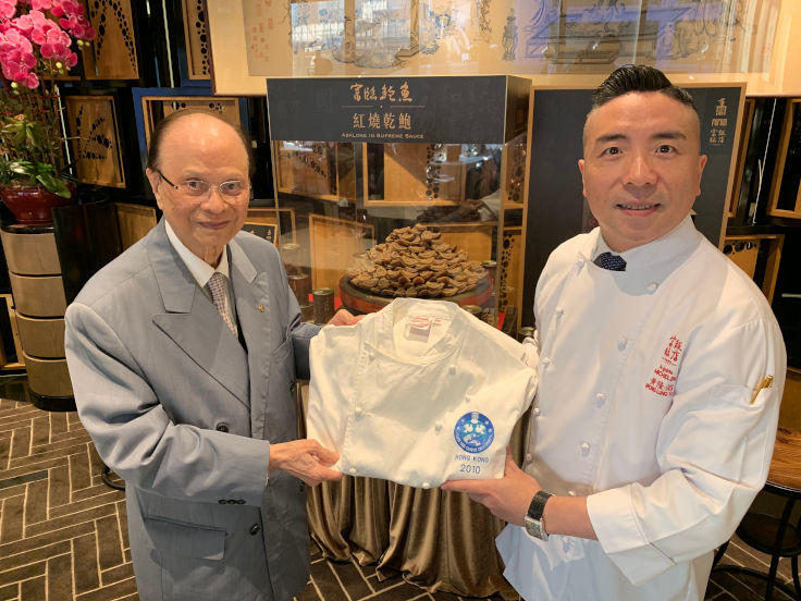 數年前,一哥把國際御廚協會頒給他、代表「御廚中的御廚」的廚衣,轉送給黃隆滔(圖片:富臨飯店)