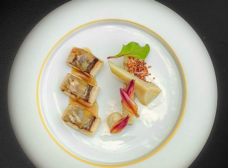 Anguille grillée, artichaut au vinaigre de sureau, graines d'amarante © J. Limont / La Maison d'à côté