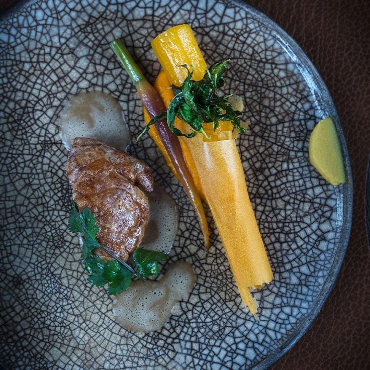 Belle pomme de ris de veau, papyrus de carotte, tamarin et coriandre thaï. ©Matthieu Cellard