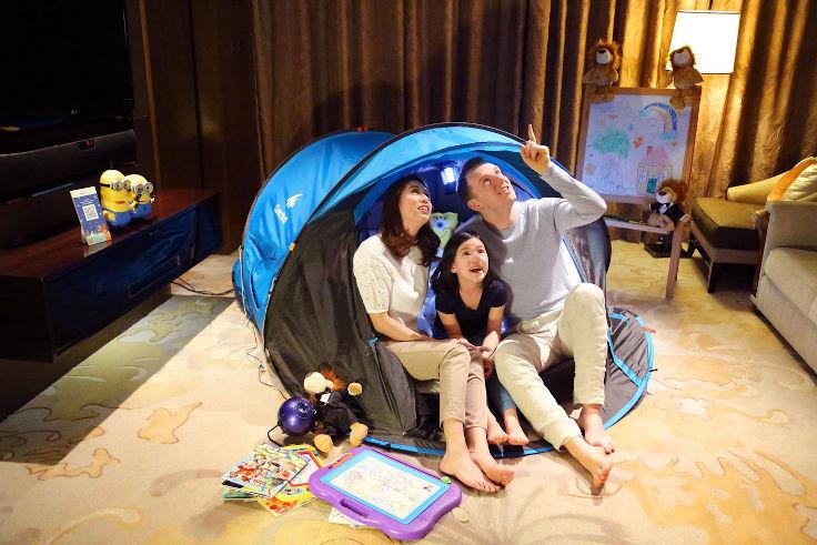 「麗思兒童原野探奇之夜」的客房內將備有原野探奇以及露營帳篷裝備(圖片:香港麗思卡爾頓酒店)